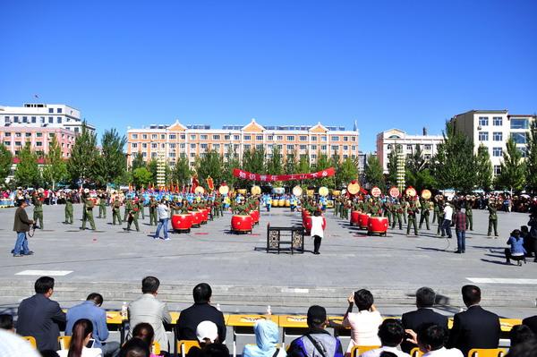 演的架子鼓谱子-知青鼓队的表演借鉴了东北大秧歌形式,服装、动作、节奏都具有鲜明