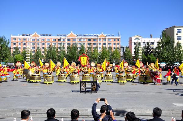 一衣带水的黑龙江水源远流长,养育了两岸人民,蕴育了不同的民俗和文化风格。朝鲜民族,历史悠久、能歌善舞,独具民族特色的长鼓是朝鲜族鼓乐文化的代表,下面请欣赏由东明乡《长鼓鼓队》带来的表演: 东明朝鲜族乡于1984年成立,是萝北县唯一的少数民族乡。 朝鲜长鼓历史悠久、构造独特、音色柔和,有鲜明的民族特色,常用来表现轻快、欢乐的情绪。长鼓多用在舞蹈中,由舞者边舞边击,亦可在合奏中或伴奏中作为节奏乐器使用,深受朝鲜族人民喜爱的民间乐器。 长鼓鼓队鼓形以朝鲜族的长鼓、扁鼓、桶鼓为主。演奏技艺极为丰富,敲击的节奏变化
